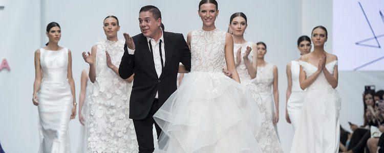Hannibal Laguna en el cierre de su desfile Silk Garden de2017 en la pasarela Gaudí de Barcelona
