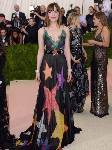 Dakota Johnson con un diseño de Gucci en los MET de 2016