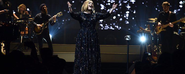 Adele lució una colección exclusiva en su gira 2016