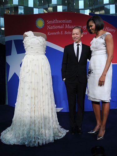 El diseñador Jason Wu junto a Michel Obama con uno de sus vestidos más reconocidos