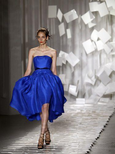 Vestido azul que sigue formas clásicas como propuesta para la temporada primaveral de 2012