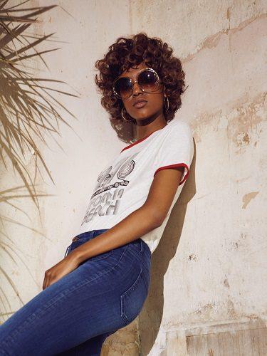 Estilo vintage con camiseta estampada y mensaje retro de la colección Primavera/Verano 2016