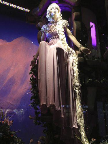 Un maniquí representa a la Princesa Rapunzel con un vestido de Jenny Packham en un escaparate de Harrods en Londres
