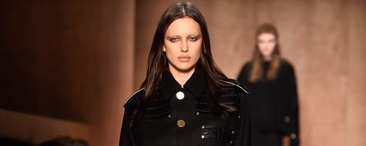 Irina Shayk desfilando para Givenchy