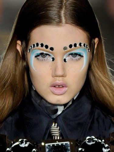 Modelo maquillada por Alexander McQueen