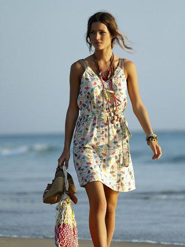 La modelo Malena Costa por la playa con vestido de Indiwoman para la temporada P/V 2012