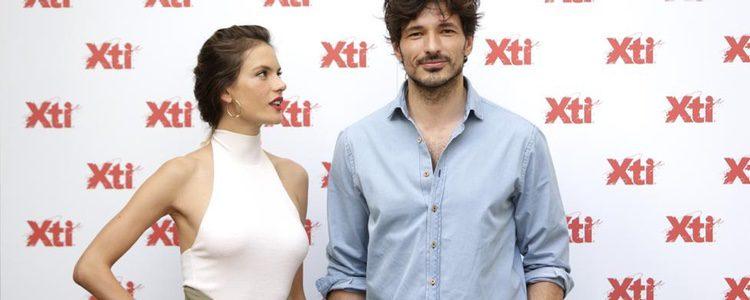 Andrés Velencoso y Alessandra Ambrosio posando para Xti