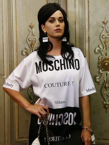 La cantante Katy Perry con ropa de la firma Moschino