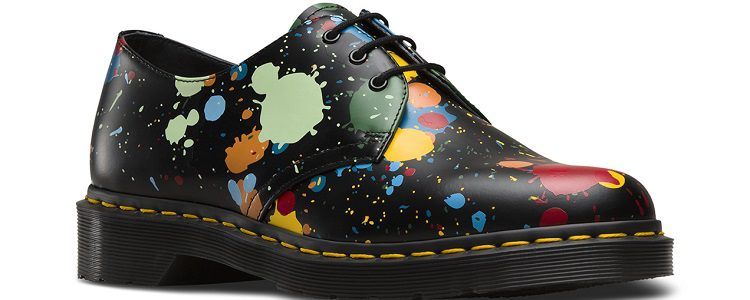Zapato cerrado clásico con suela Dr Martens y estampado pintura