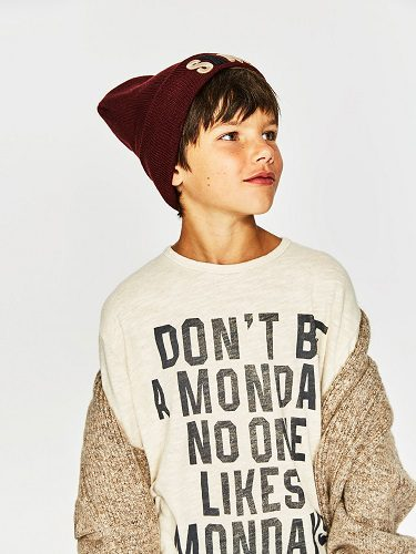Camiseta con mensaje, chaqueta de punto y gorro para la colección de niño grande