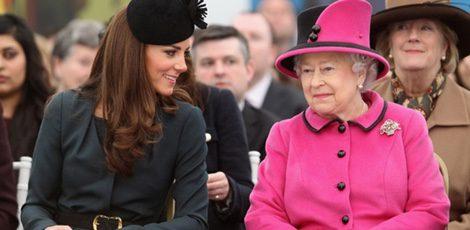 La Reina de Inglaterra y Kate Middleton charlando