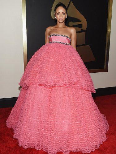 La cantante Rihanna sorprendió con uno de los característicos diseños de Valli en los Grammy de 2015