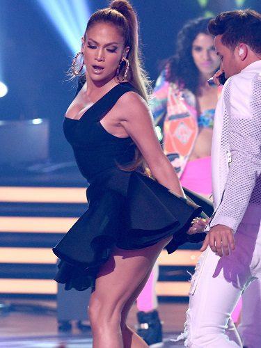 Jennifer López con vestido corto de Hervé Léger en American Idol, 2016